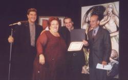 Pablo Garriga entrega el Primer Premio del Primer Concurso de Poesia El Suplemento a la poetisa Aida González