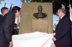 Autoridades develando el Monumento