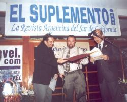 Nuestro Director Pablo Garriga y el editor Oscar Márquez hacen entrega del Primer Premio a Edgardo P. Campbell