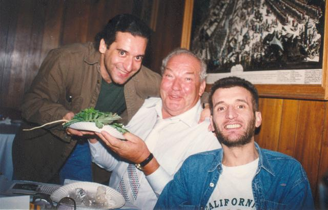 Pablo y Fernado Garriga rodeando a Carlos Divito