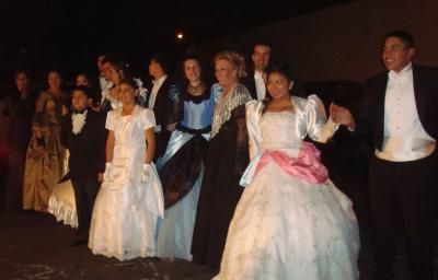 Ballet Folklórico Juvenil de AALA que dirige la Profesora María del Carmen Cena